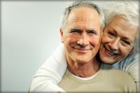 pareja de ancianos sonriendo a la cámara